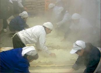 蒸しあがったお米を広げて冷まします