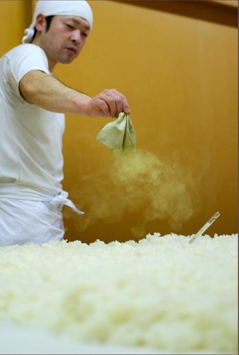 麹米に種麹を丁寧にふりかけます。