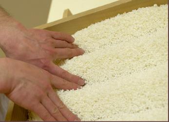 指先で麹米の間に溝を作ります