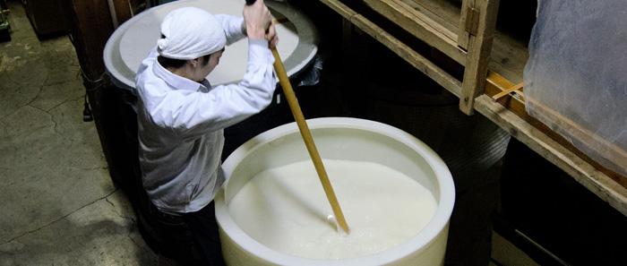 タンクに水と麹米・掛け米を入れて添仕込みを行なう様子